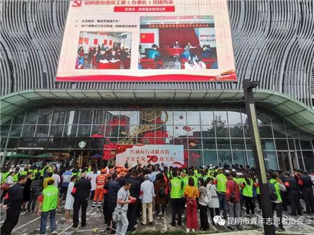 """青年志愿者协会在行动 让社区街道亮起""""红袖标"""""""