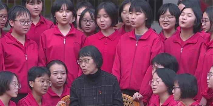 """""""奇迹校长""""张桂梅和她的""""孩子们""""唱红歌迎新年"""