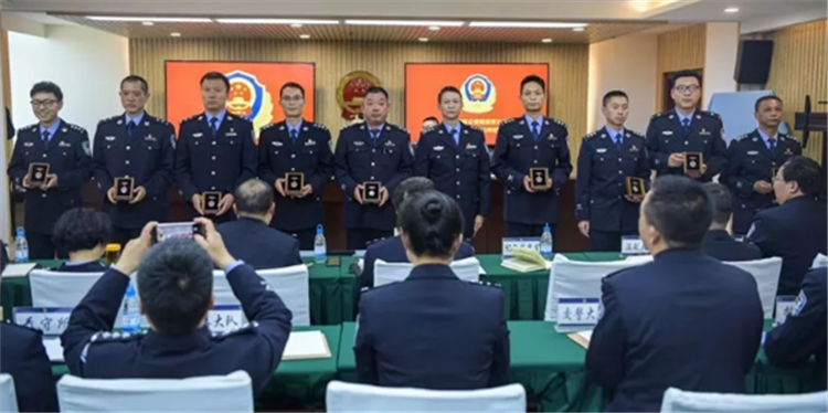 """警""""章""""铸辉煌!呈贡71名民警获授从警特定年限纪念章"""