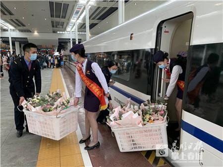 """云南高铁运送最后一批23名援鄂战""""疫""""英雄回家"""