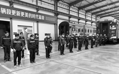 云南铁路职工向抗疫牺牲烈士和逝世同胞默哀