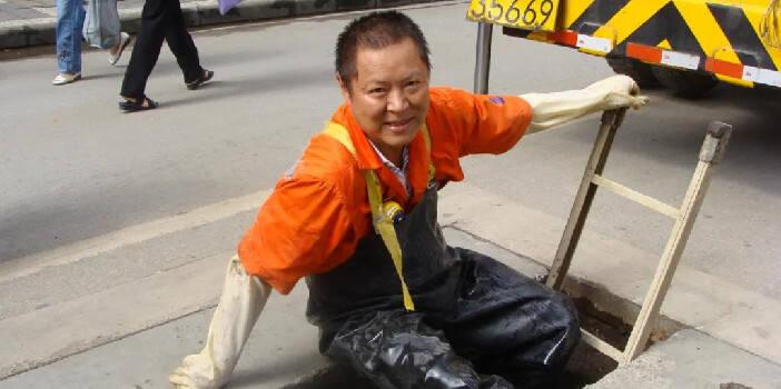 劳模精神|李雄厚:脏累一个人 干净一座城