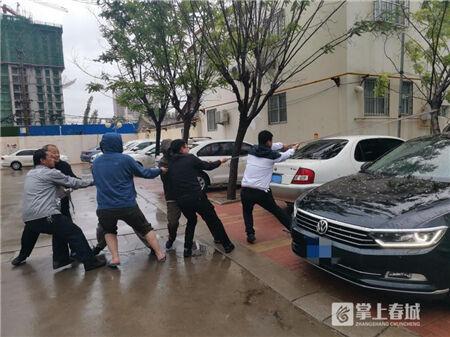 救援被砸车辆 阳光财险查勘员在大雨过后留下最可爱的背影