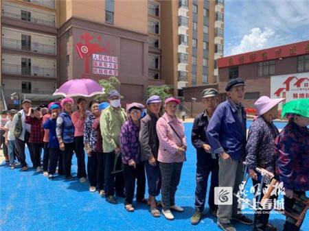 暖人心!昆明市商务局赴东川开展爱心扶贫送光明公益活动